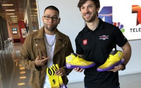 Daniel Suárez posa junto al artista Salvador Amezcua, creador del tributo a Kobe. (Foto: Twitter)