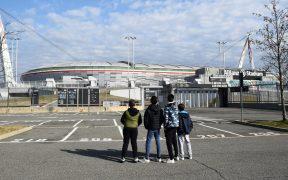 Un grupo de niños observa el Juventus Stadium, que canceló su partido del domingo. (Foto: Reuters)