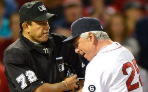 El umpire mexicano Alfonso Márquez discute con el coach de Medias Rojas, Bobby Valentine. (Foto: EFE)