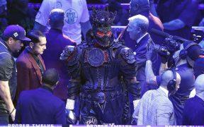Antes de caer ante Furym Deontay Wilder subió al ring con un disfraz muy elaborado. Foto: EFE