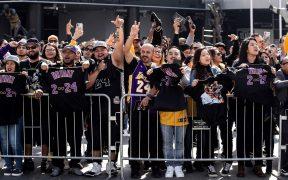 Aficionados esperan afuera del Staples Center durante el homenaje a Kobe Bryant. Foto: EFE
