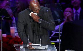 Michael Jordan seca sus lágrimas durante su discurso en el homenaje a Kobe Bryant. Foto: Reuters