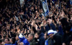 Aficionados del Atalanta apoyan a su equipo ante el Valencia. (Foto: Reuters)