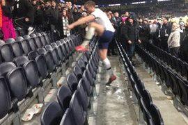 Eric Dier sube a la tribuna a encarar a un aficionado. (Foto: Twitter)