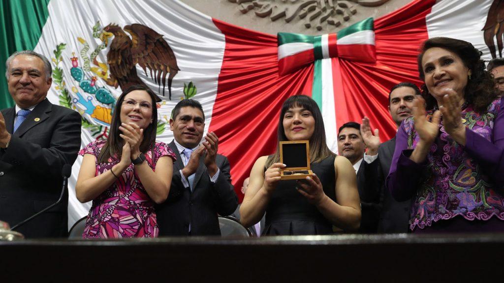Alexa Moreno recibe la Medalla al Mérito deportivo en la Cámara de Diputados. (Foto: Twitter)