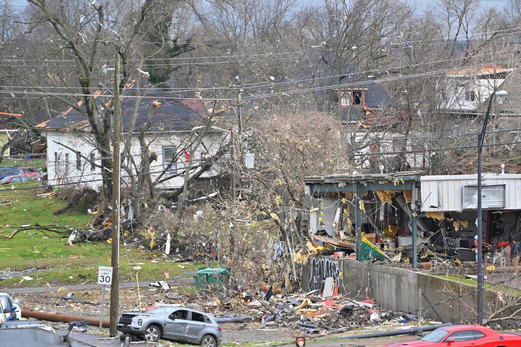Hombre abusa de mujeres en refugio por tornado en Tennessee