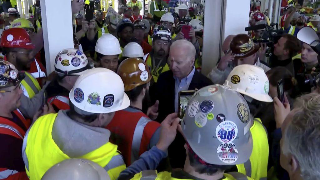 Biden discute con obrero