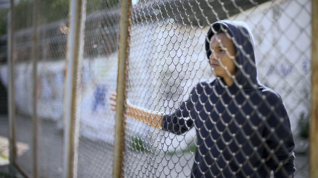 Solo un menor de casi 2 mil en albergue de migrantes en Texas se ha reunificado con su familia