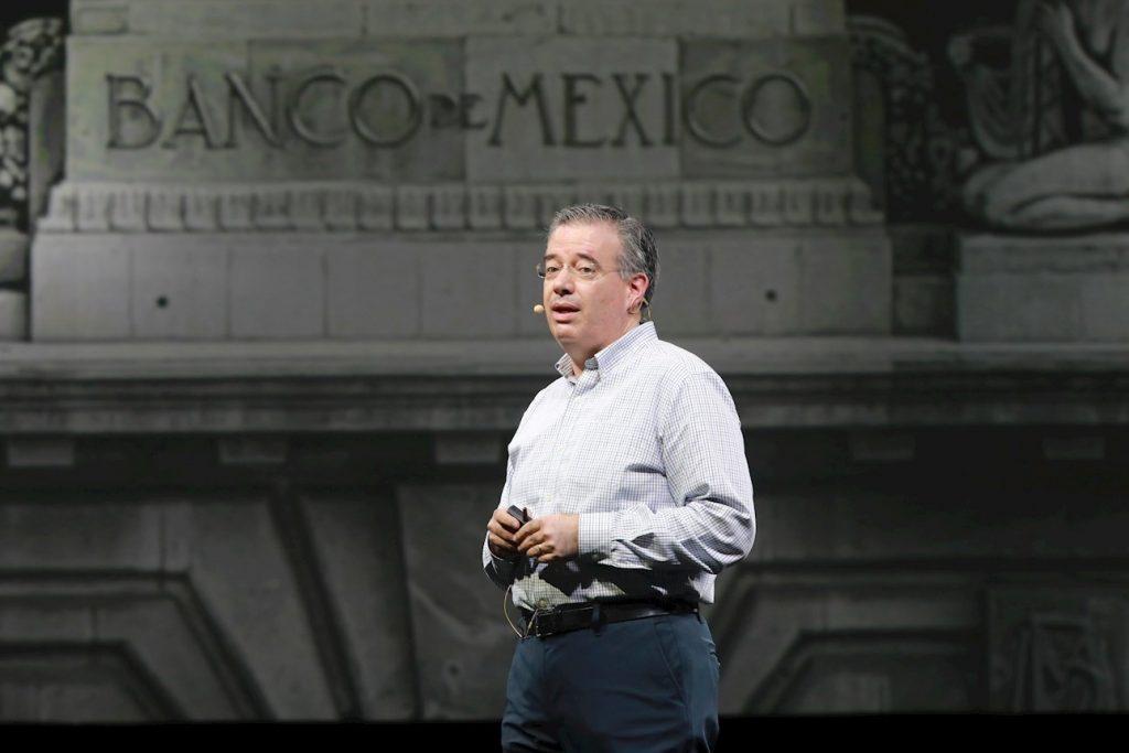 """AMLO adelanta que no renovará periodo de Díaz de León frente a Banxico; irá por partidario de """"economía moral"""""""