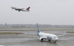 Grupos aeroportuarios influyen en ganancia de la BMV; peso cierra estable