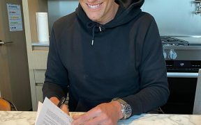 Tom Brady firma su contrato con Tampa Bay. (Foto: Instagram)