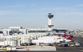 Caída de 46% en vuelos de pasajeros entre México y EU, en abril
