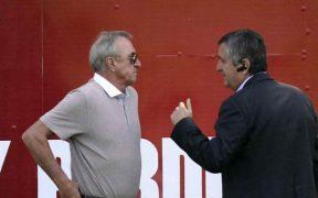 Johan Cruyff charla con Jorge Vergara en 2012. (Foto: Mexsport)