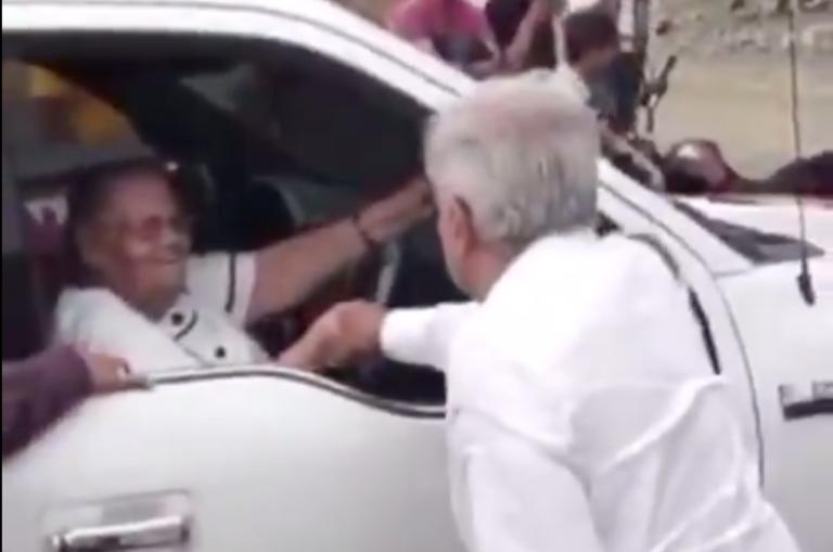 """El presidente de México saluda a la mamá de """"El Chapo"""""""