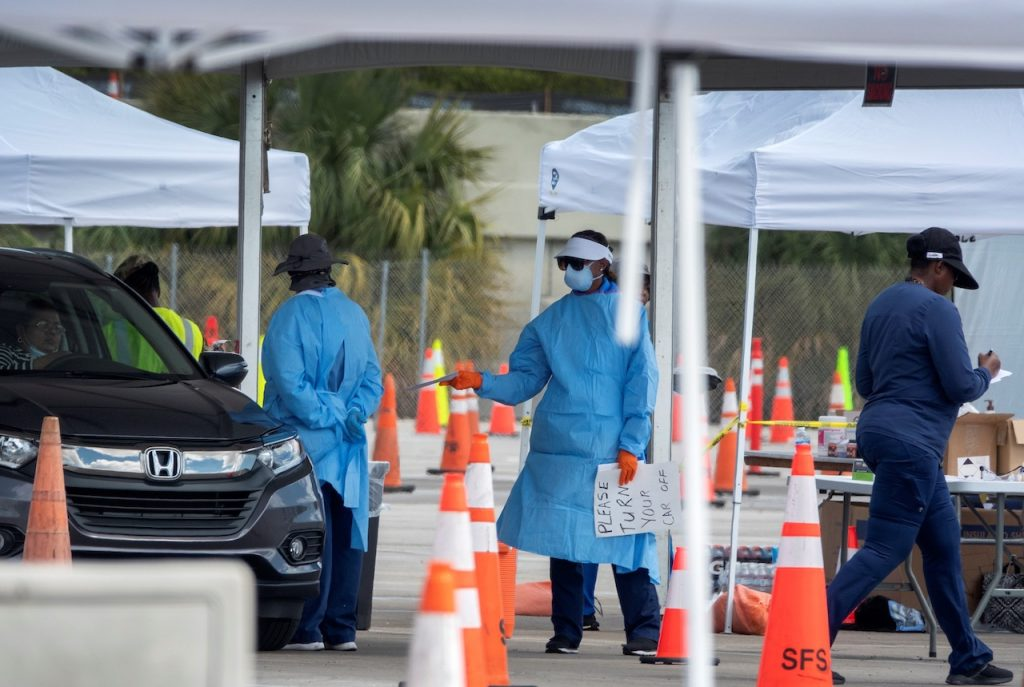Florida inicia confinamiento obligatorio; aumentan casos de COVID-19