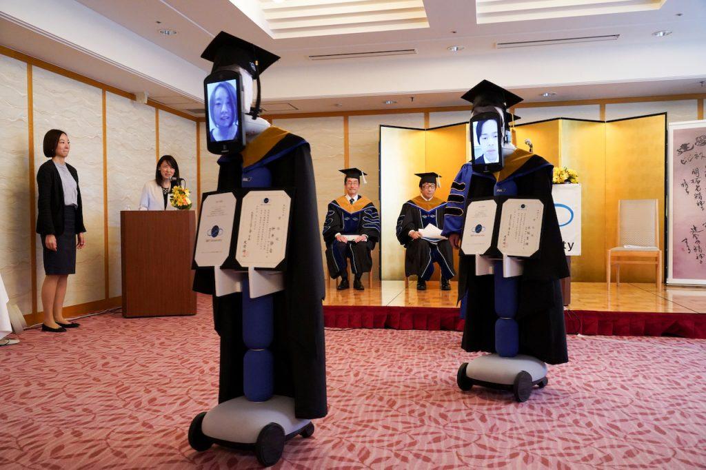 Robots acuden a ceremonia de graduación en lugar de estudiantes en Japón