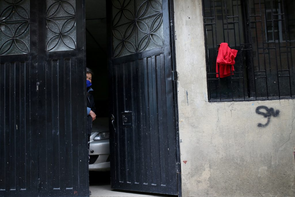 Colombianos cuelgan trapos rojos para pedir víveres durante cuarentena