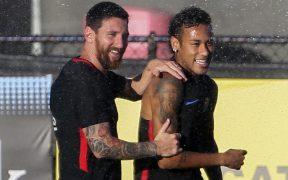 Messi y Neymar, en una práctica del Barcelona en 2017. (Foto: EFE)