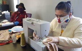 Mujeres de La Colmena salvan sus ingresos cosiendo cubrebocas