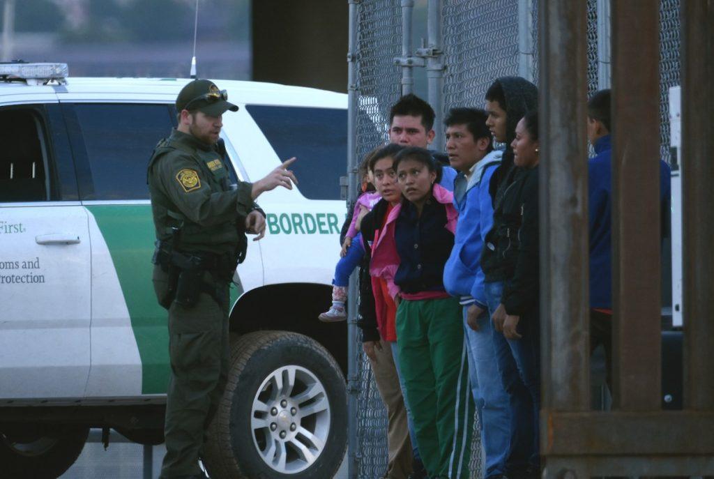 en-vez-liberar-migrantes-ice-transfiere-otros-centros