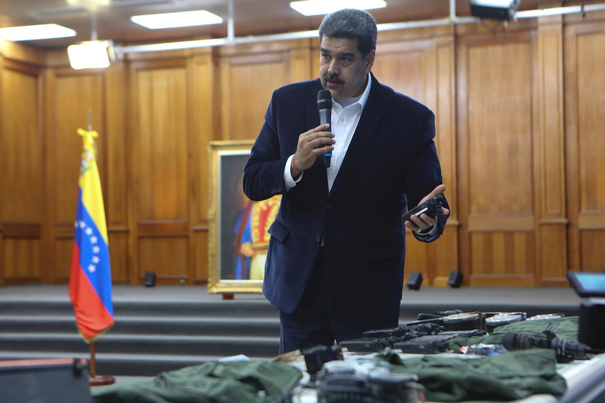 Maduro muestra el material requisado