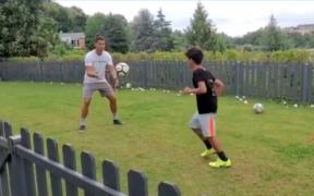 Cristiano Ronaldo aprovecha al máximo la cuarentena y entrena con su hijo mayor. (Foto: Captura)