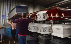 Fabricantes mexicanos de ataúdes afrontan demanda y mercado negro