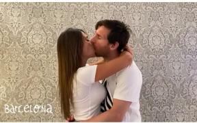 Lionel Messi besa a Antonela Roccuzzo en el video de Residente. (Foto: Twitter)