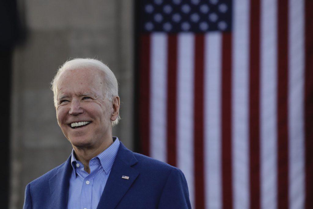 Campaña de Biden aumenta contrataciones a pesar de brecha monetaria con Trump