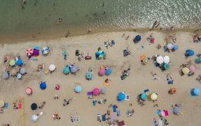 griegos-estrenan-playas-distanciamiento-fisico