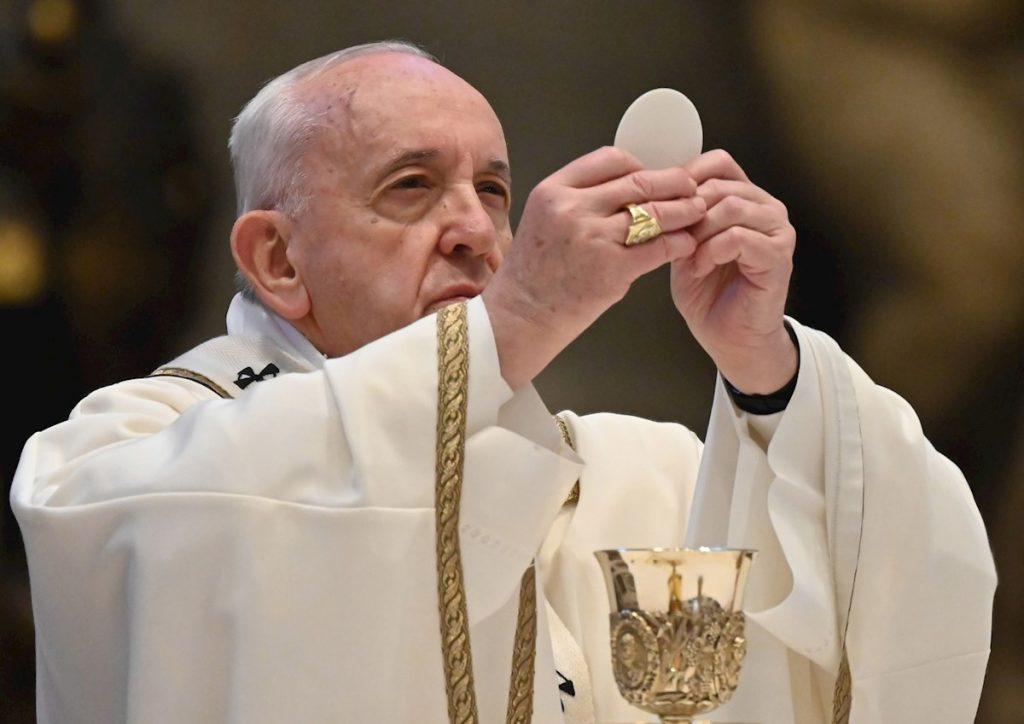 El papa Francisco celebró misa con fieles en el Vaticano