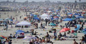 Playas en EU se atiborran durante el Memorial Day durante el brote de Covid