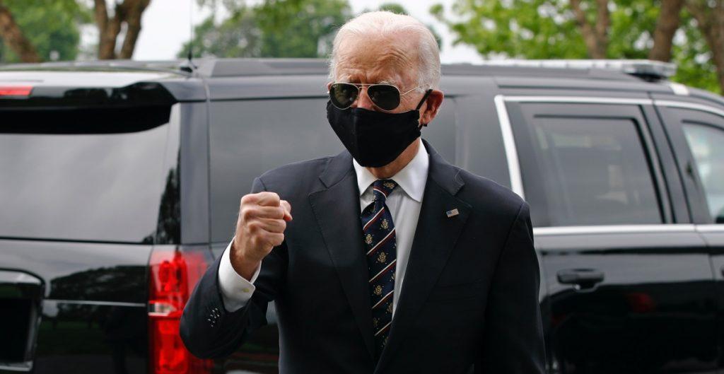 """Biden llama a Trump """"tonto"""" por burlarse del uso de cubrebocas"""