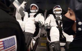Los astronautas de la NASA al interior de la cápsula Dragon de Space X
