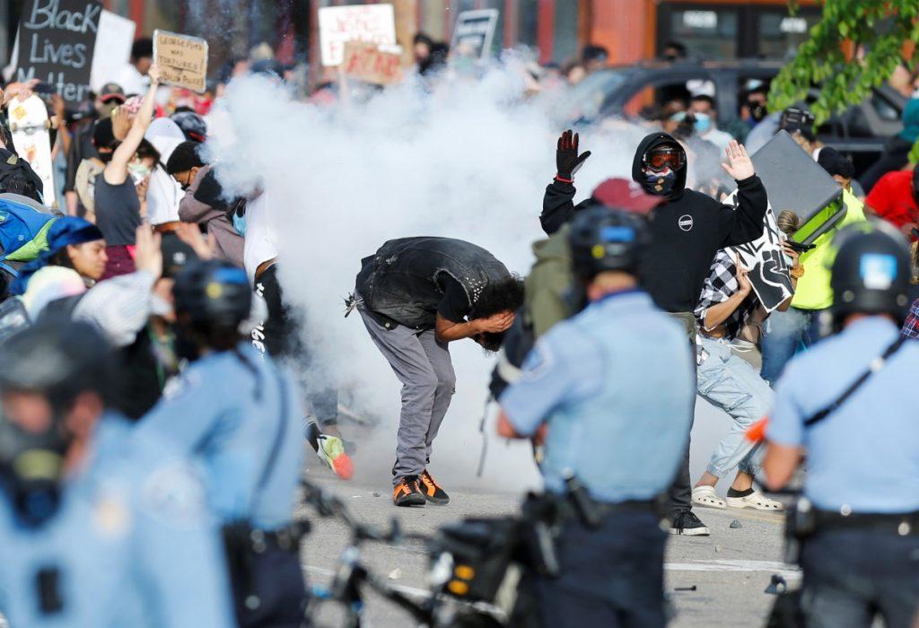 Estallan disturbios en segunda noche de protestas por muerte de afroamericano en Minneapolis