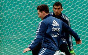 Lionel Messi y Nahuel Guzmán, en una práctica de la selección argentina. (Foto: EFE)
