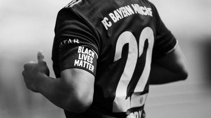 """Los jugadores del Bayern Munich portaron brazaletes con la leyenda: """"Black Lives Matter""""."""