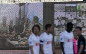 En Dinamarca, aficionados se conectaron vía Zoom para aparecer en pantallas gigantes en el estadio.