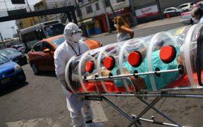 Paramédicos atienden a paciente con Covid