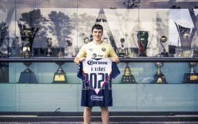 Federico Viñas muestra su playera con el 2024, tras ser comprado por el América. (Foto: Club América)