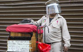 El contagio disminuye al usar caretas y mascarillas Foto: AP