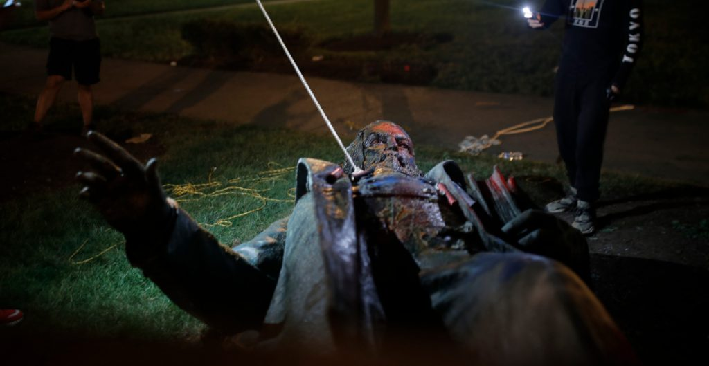 manifestantes-derriban-queman-estatua-albert-pike-washington