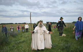 Los druidas, paganos y fiesteros no pudieron asistir a ver el primer amanecer del verano. Foto: AP