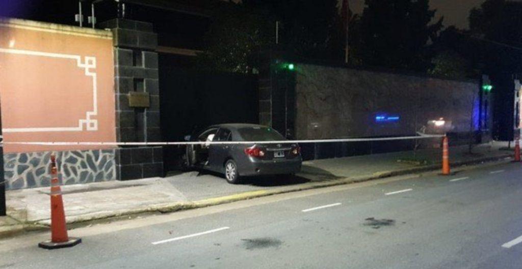 hombre-estrella-carro-contra-embajada-china-argentina-para-derribar-puerta