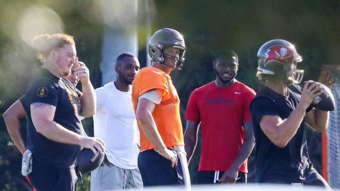 Brady volvió a entrenar en grupo con los Buccaneers, pese a recomendación de no hacerlo. (Foto: Tampa Bay Times)