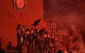 Aficionados festejaron toda la noche en Anfield, sin respetar medidas por coronavirus. (Foto: EFE)