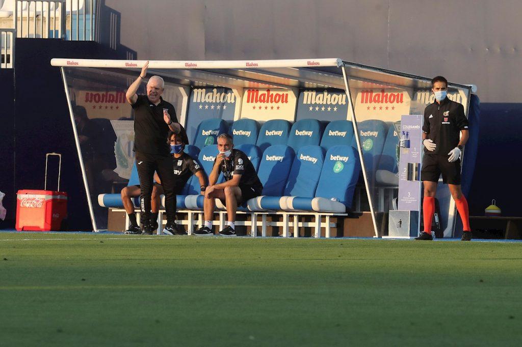 Javier Aguirre da instrucciones en el duelo ante Sevilla. (Foto: EFE)