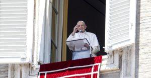 El papa durante su homilía del domingo. Foto: AP
