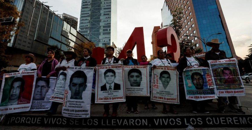 """Procesan a dos peritos de la extinta PGR por """"obstaculizar"""" el caso Ayotzinapa"""