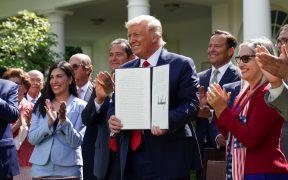 Trump firma orden para que hispanos tengan mayor acceso a educación